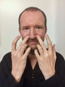 Akupresurní body (LI20) pro uvolnění ucpaného nosu při rýmě