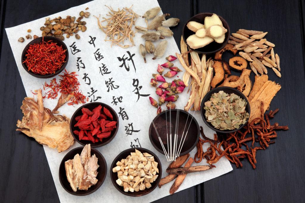 Akupunktura, fytoterapie ačchi-kung jsou nástroji alternativní medicíny.
